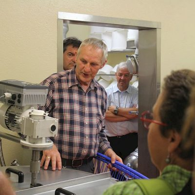 Herman erklärt die Funktionsweise der Käsewanne (Pasteur)