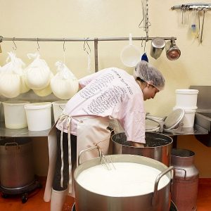 Ronja beim Aufhängen des Dessertjoghurts ...
