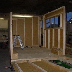 Die Rohbau-Wände werden montiert.