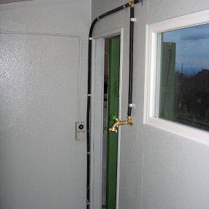 Blick auf den Wasser- und Stromanschluss.Wasseranschluss