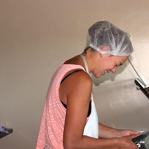 Nina, 2. Lehrjahr Biodynamische Fachausbildung, in der Käserei